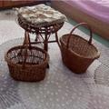 Малка кръгла масичка плетена табуретка с кошници е декор за-Дом и Градина